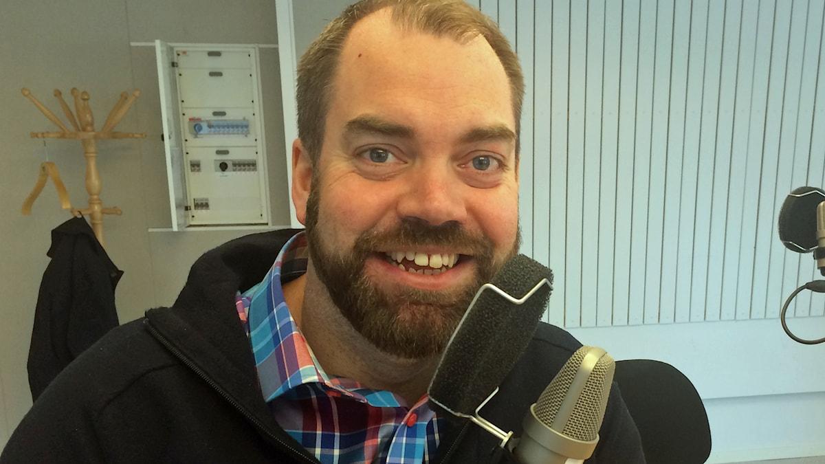 Fredrik Lundh Sammeli i P4-studion. Foto: Linnea Luttu/Sveriges Radio.