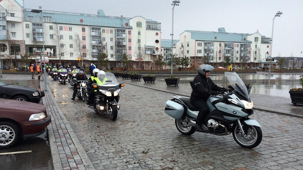 Motorcykelkaravanen från Piteå anländer till Luleå. Foto: Eleonor Norgren/SR