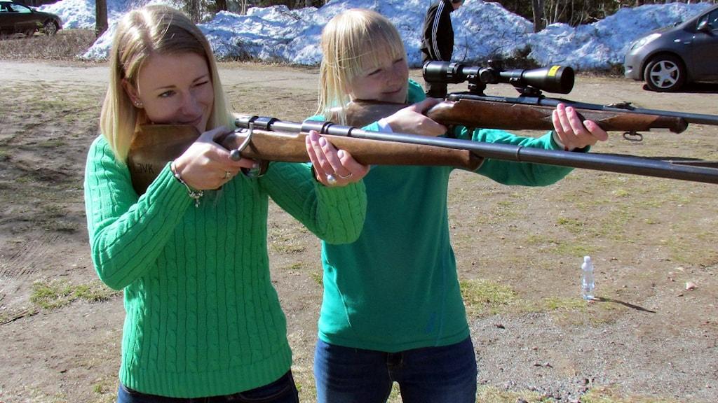 Moa Persson och kompisen Matilda är på skjutövning för att bli jägare. Foto: Hjalmar Lindberg/Sveriges Radio.