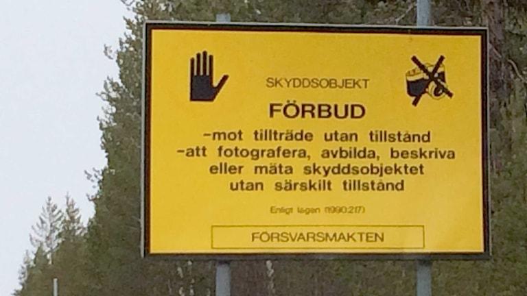 Redan ett par kilometer från provområdet i Vidsel råder det fotoförbud. Foto: Ulf Larson/Sveriges Radio.