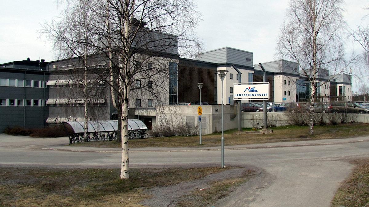 Landstingshuset i Luleå, Norrbotten läns landsting, NLL. (Vår/höst utan löv). Foto: Hjalmar Lindberg/Sveriges Radio.
