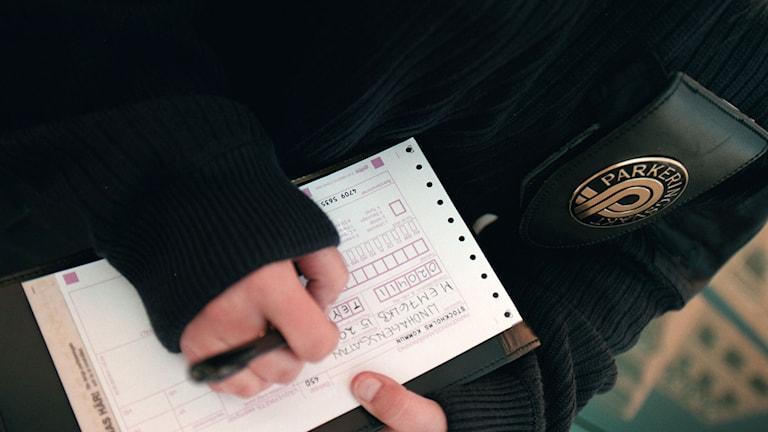Parkeringsvakt skriver p-bot. Foto: Fredrik Persson/TT