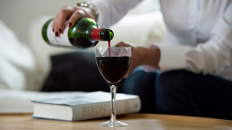 Kvinna häller upp ett glas vin. Foto: Fredrik Sandberg/TT.