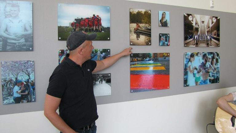 En av utställarna Jonas Norén visar upp sina fotografier.