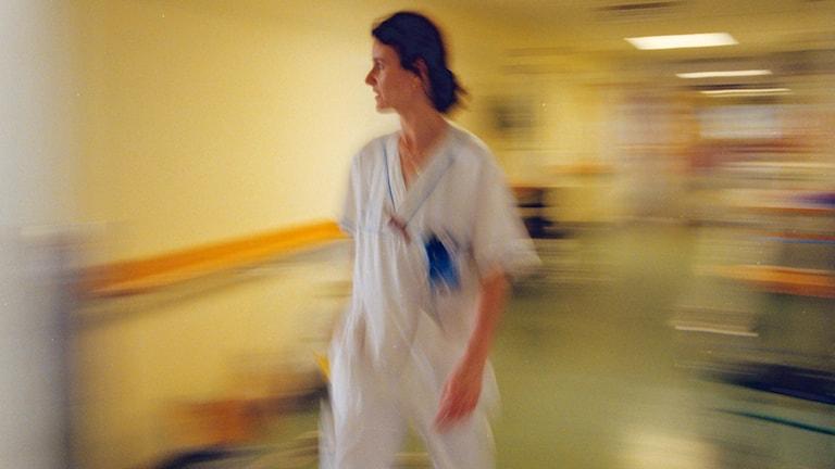 Sjuksköterska i koridor. Foto: Gunnar Ask/TT
