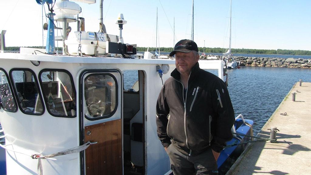 Yrkesfiskare Thomas Innala framför sin båt.