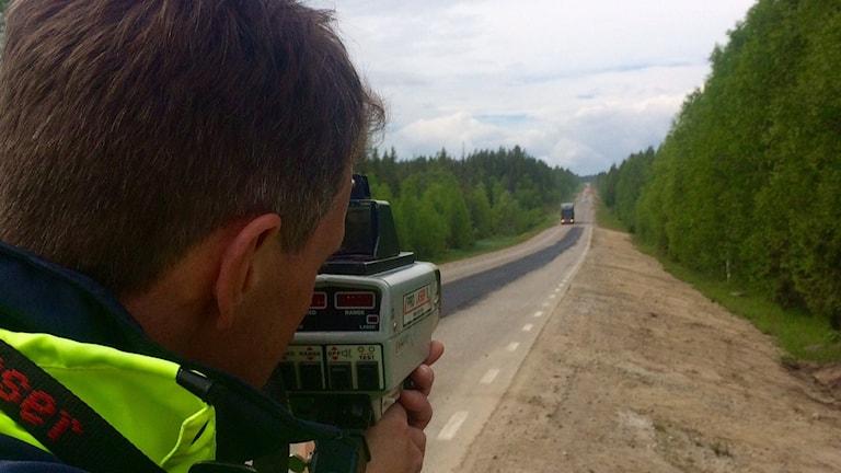 Lars Martinell vid NTF i Norrbotten mäter hastigheten. Foto: David Zimmer/Sveriges Radio.