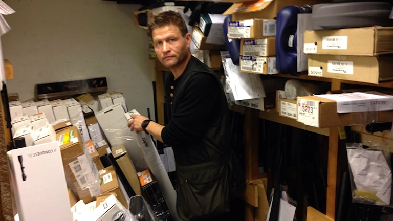 Seved Viklund ryms knappt själv bland alla vapen. Foto: Hjalmar Lindberg/Sveriges Radio