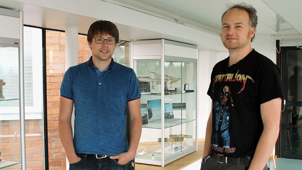 Mätinstrument från Institutet för rymdfysik ska skickas till Jupiter. Charles Lue och Joan Stude, doktorander vid IRF i Kiruna, är delaktiga i projektet. Foto: Alexander Linder/ Sveriges Radio.