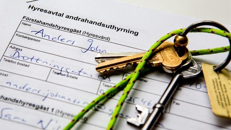 Nyckelknippa ligger på ett hyresavtal. Arkivfoto: Christine Olsson/TT