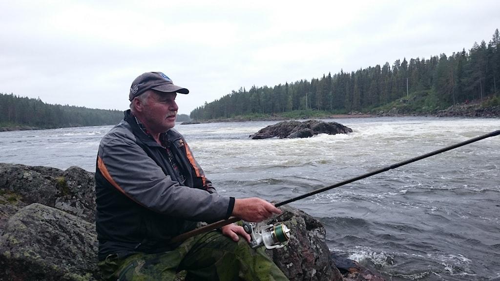 Rune Juto fiskar i Jockfall. Foto: Per Vallgårda/Sveriges Radio.