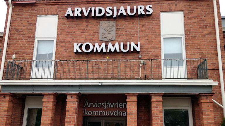 Skylten på Arvidsjaurs kommunhus. Arkivfoto: Hjalmar Lindberg/Sveriges Radio.