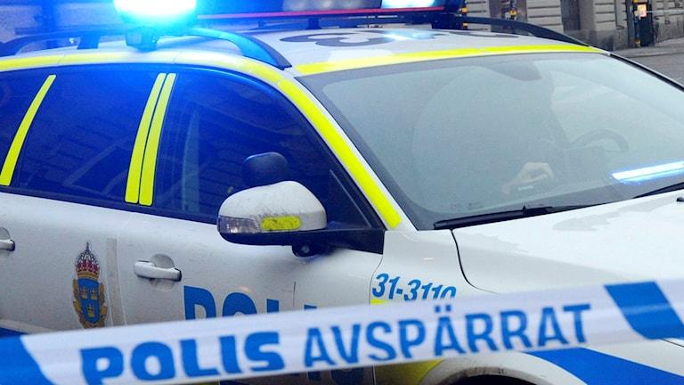 Polisens avspärrningsband framför en polisbil. Arkivfoto: Bertil Enevåg Ericson/TT
