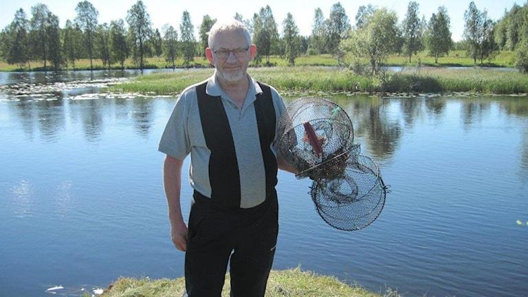 Gunnar Hägg, kräftfiskekontrollant i Råneå. Foto: Peter Sundkvist/Sveriges Radio.