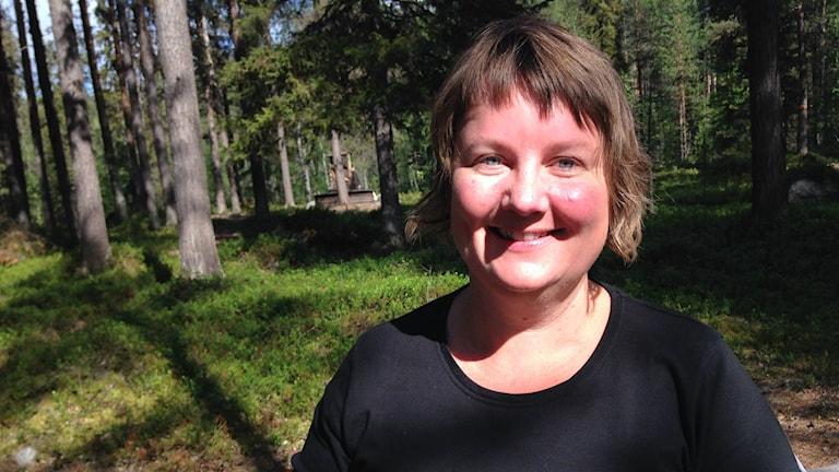 Eva Gunnare bjuder på mat i Muddus. Foto: Jon Hedström/Sveriges Radio.