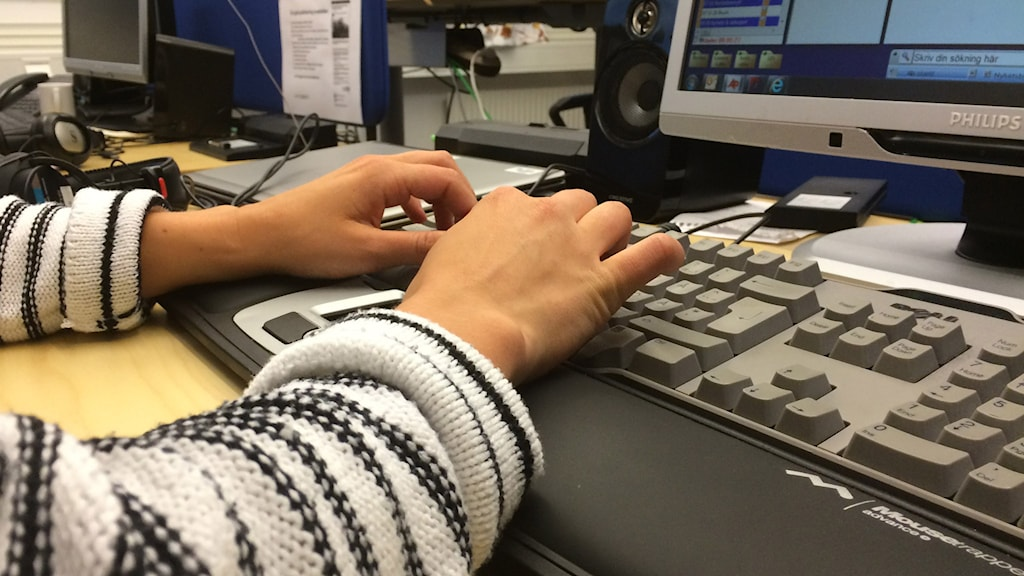 Kvinna arbetar vid dator. Foto: Anneli Lindbäck/Sveriges Radio