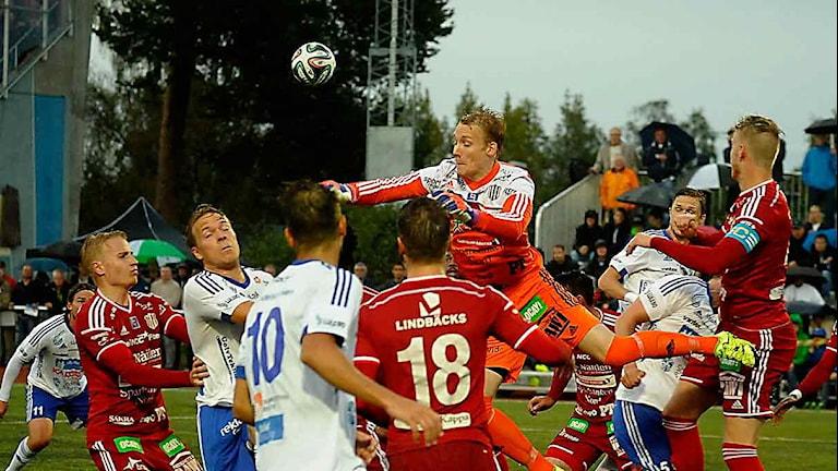 Arkivbild. Piteå IF:s målvakt Tomas Adell boxar undan bollen i derbyt mot IFK Luleå.