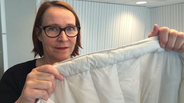 Hjälpmedelskonsulenten Eva Öström Holmqvist om tyngdtäcken. Foto: Tova Nilsson/Sveriges Radio