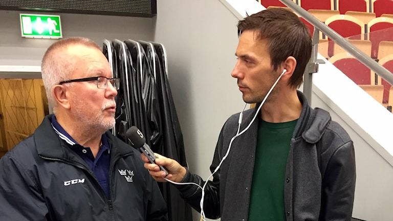 Damkronornas förbundskapten Leif Boork intervjuas av David Zimmer.