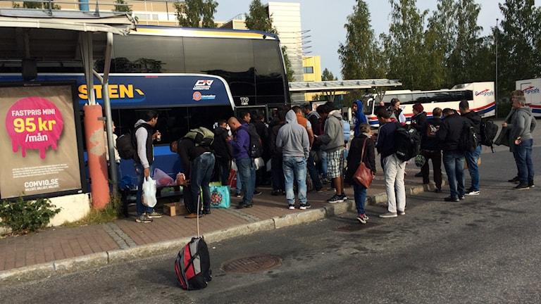 Irakiska och syriska flyktingar på busstationen i Luleå. Foto: Samed Salman/Sveriges Radio.