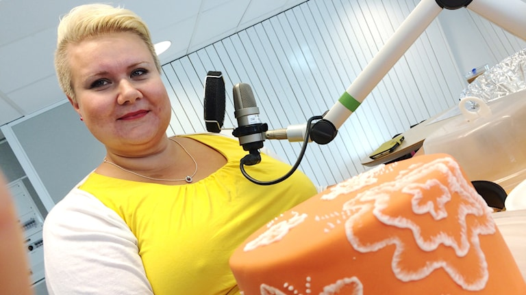 Marita Widman med sin Norrbottenstårta i radiostudion. Foto: Anna Lidé/Sveriges Radio.