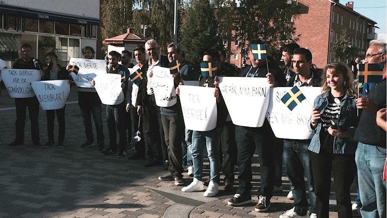 Ett tiotal flyktingar manifesterar sin tacksamhet i Boden. Foto: Ulf Larsson/Sveriges Radio.