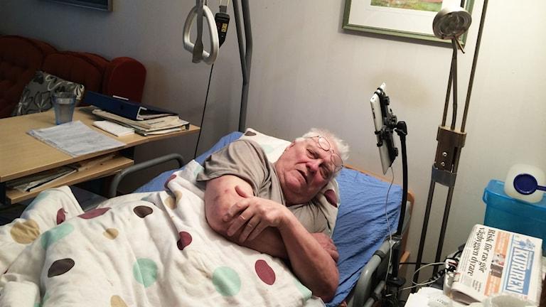 Tord Engström, 81 år, vårdas i hemmet och vill inte betala för mer än det som blir uträttat i hemmet. Foto: Linnea Luttu/Sveriges Radio.