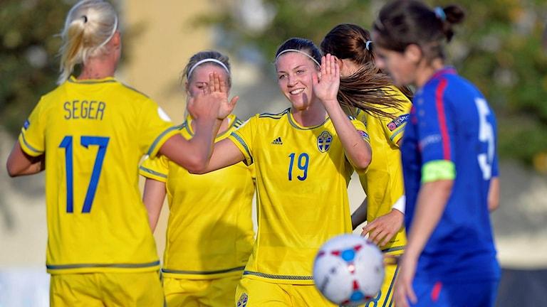 Pauline Hammarlund jublar efter mål i landslaget. Foto: Dan Mihalascu/TT.