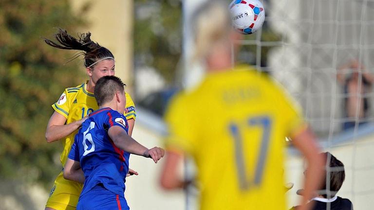 Pauline Hammarlund nickar in mål i landslaget. Foto: Dan Mihalascu/TT.