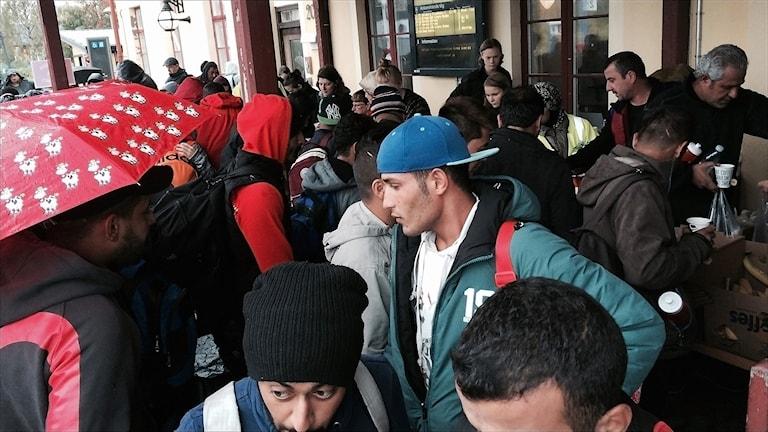 Flyktingar vid Luleå järnvägsstation. Foto Elonor Norgren/Sveriges Radio.