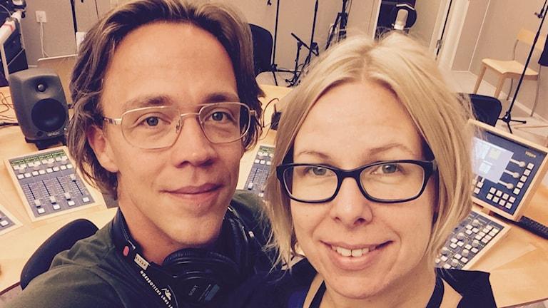Morgonprogrammets programledare Anton Bennebrant och Tova Nilsson. Foto: Sveriges Radio.