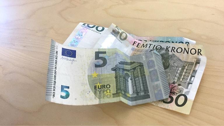 Sedlar, euro och sek. Foto: Fanny Bergvall/Sveriges Radio.