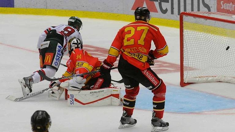 Frölundas Spencer Abbott gör mål på Luleå Hockey. Foto: Alf Lindbergh/Pressbilder.