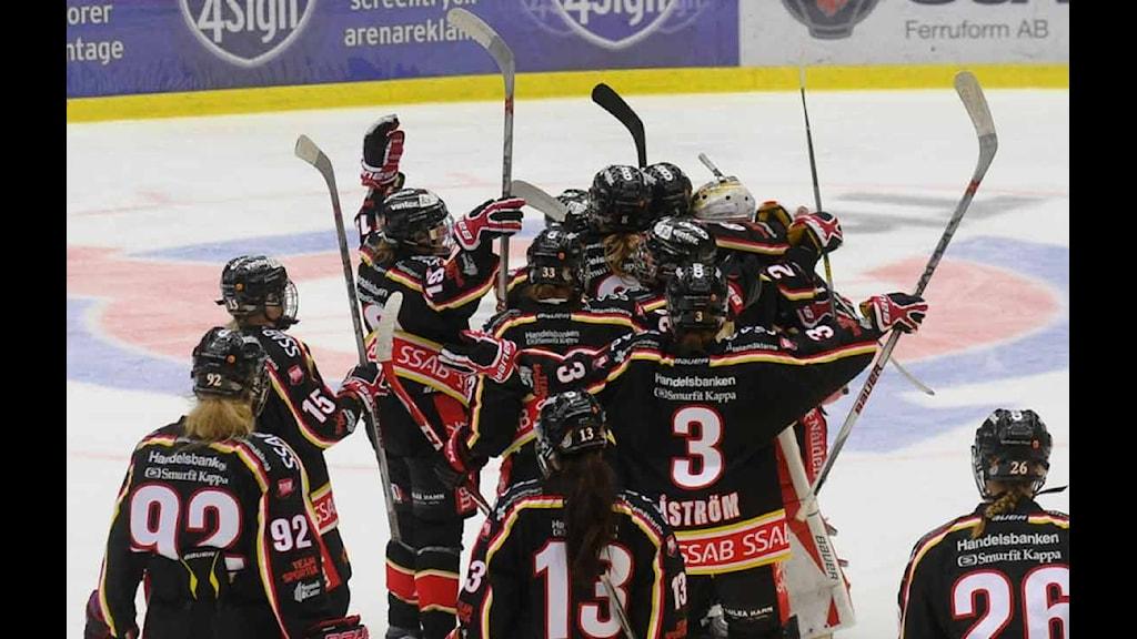 Luleå Hockey/MSSK firar vinst framför rekordpublik på hemmaplan. Foto: Alf Lindbergh/Pressbilder AB.