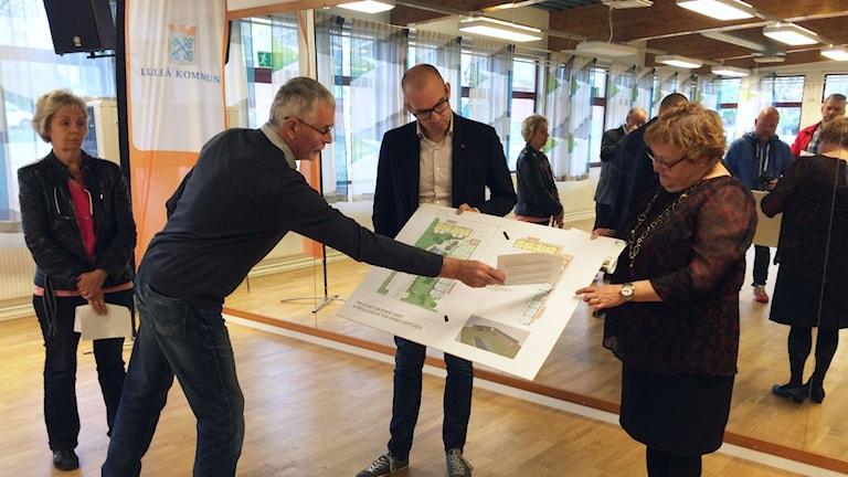 Luleå kommuns ledning visar tillsammans med Lulebo vilka planer som finns för bostadsbygget i Råneå. Foto: Linnea Luttu/Sveriges Radio.