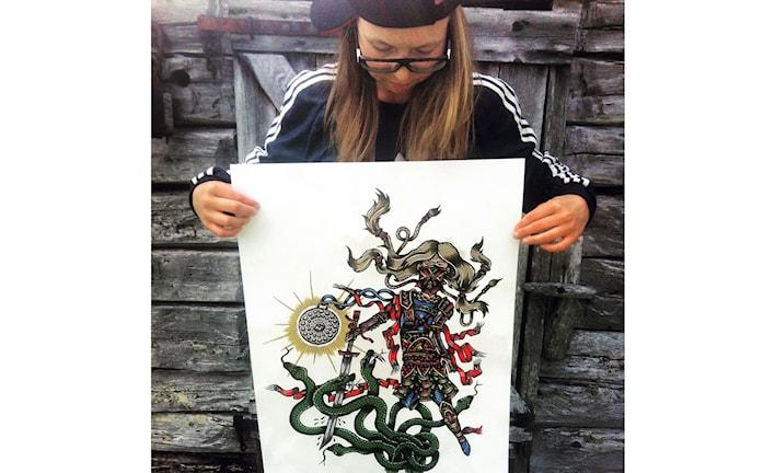 Sofia Jannok med affischen Snölejoninna.