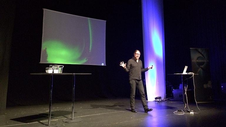 Kai Piippo, designchef, föreläste om hur vi kan tillvara på ljuset i länet. Foto: Linnea Luttu/Sveriges Radio.
