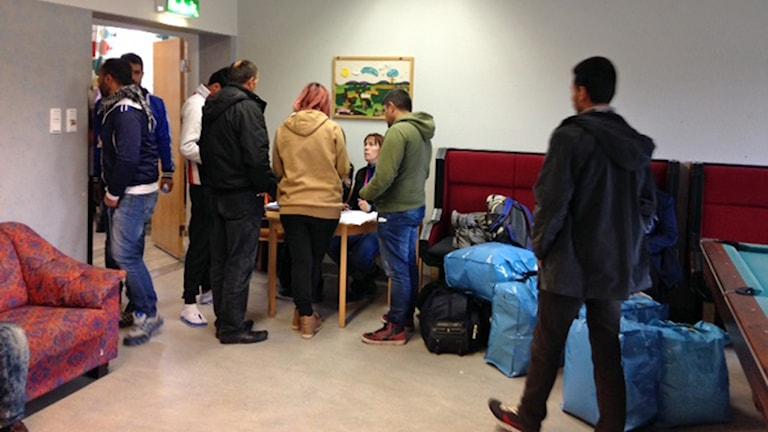Flyktingar anländer till nya asylboendet i Juoksengi. Foto: Per Vallgårda/Sveriges Radio.
