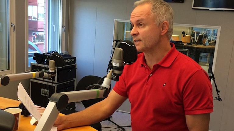 Jonas Nuldén i P4-studion. Foto: André Pettersson/Sveriges Radio.
