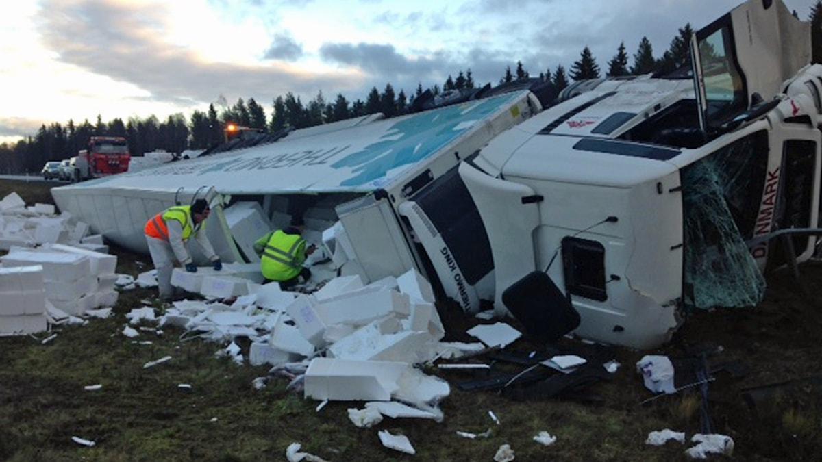 Lastbil med 22 ton torsk körde av vägen i Töre. Foto: Per Vallgårda/Sveriges Radio.