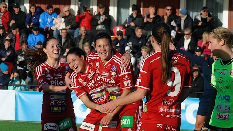 Piteå IF:s Josefin Johansson och Hanna Pettersson jublar efter mål mot Kristianstad i Damallsvenskan. Foto: Alf Lindbergh/Pressbilder.