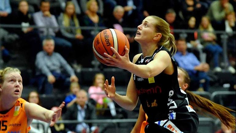 Luleå Baskets Martina Stålvant i kamp mot Norrköping. Foto: Alf Lindbergh/Pressbilder.