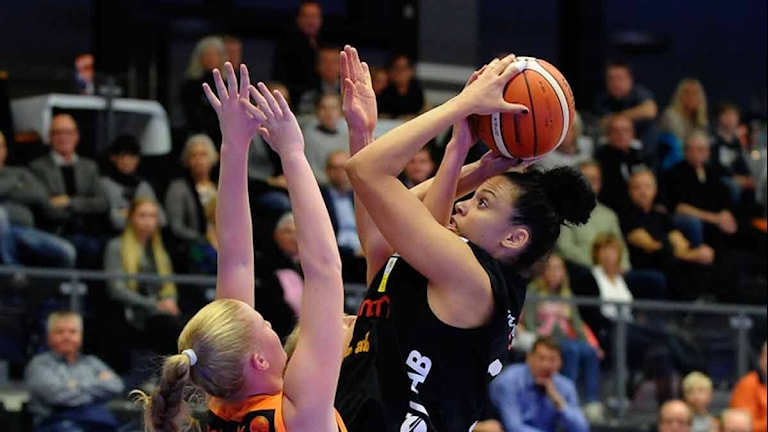 Luleå Baskets Danielle Hamilton Carter mot Norrköping. Foto: Alf Lindbergh/Pressbilder.