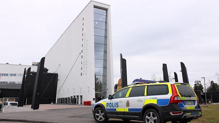 Polisbil framför Nya Raketskolan i Kiruna. Foto: Alexander Linder/Sveriges Radio.