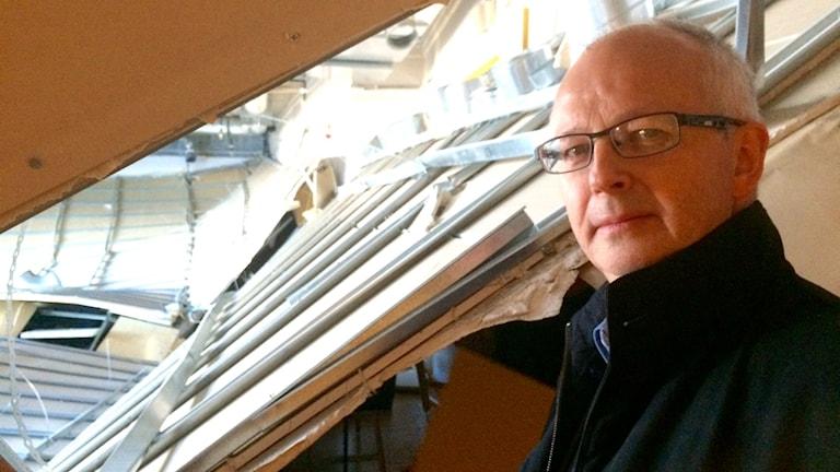 Luleå kommuns Mikael Wänstedt framför det rasade innertaket i en övningssal i Kulturens hus. Foto: Lena Callne/Sveriges Radio.