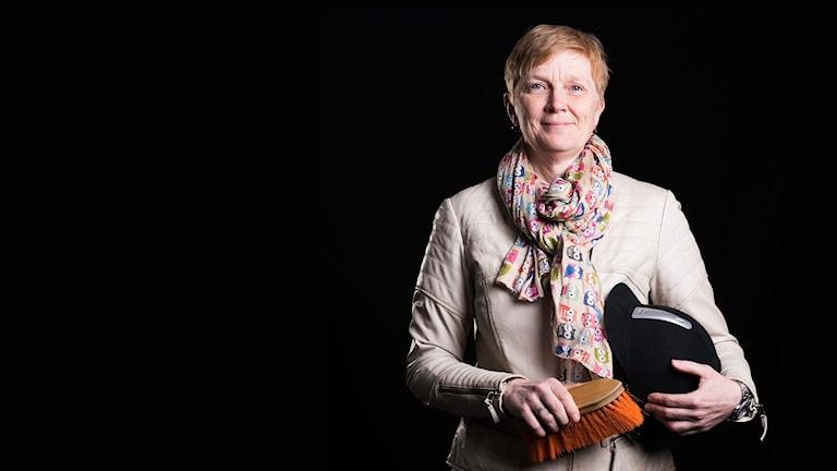 Eleonor Norgren med ridhjälm och borste. Foto: Magnus Stenberg/Luleåfotgraferna.