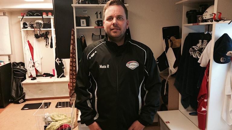 Mats Rönnqvist, tränare i Kalix Bandy, i omklädningsrummet. Foto: Peter Sundkvist/Sveriges Radio.