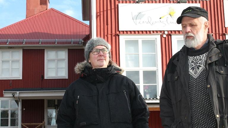 Ann-Helen Harnesk och Tord Östling framför gamla skolan i Koler.