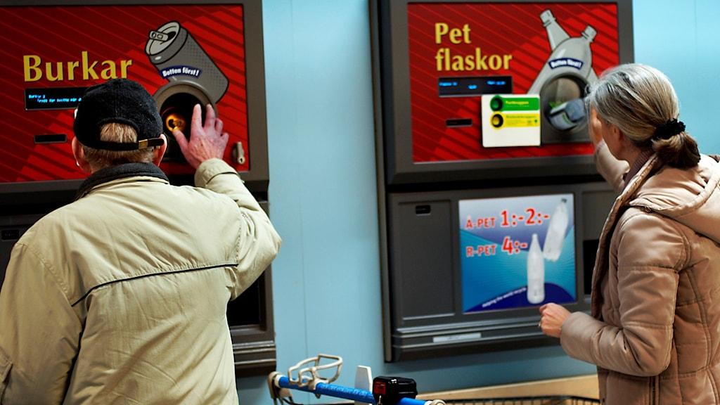 Två personer pantar flaskor och burkar i automaten. Foto: Jurek Holzer/TT.