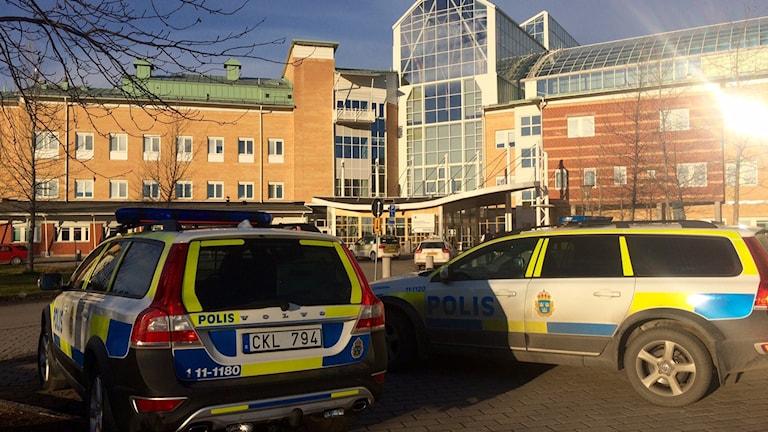 Polisbilar utanför Sunderby sjukhus efter pulverlarm. Foto: David Zimmer/Sveriges Radio.